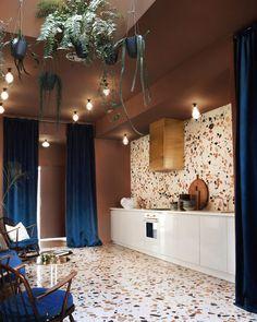 O marmorite é o revestimento do momento, e o @espacionuevacarolina (que você vê na integra em casavogue.com.br na matéria de @carolscolf) investiu pesado nele e cobriu piso e parede criando efeito dramático. Para completar, uma boa dose de dourado evoca luxo vintage no exaustor customizado e nas mesas de centro, assim como o veludo azul índigo que surge nas cortinas e na parede. Estamos apenas apaixonados! #casavogue