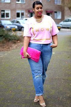plus size outfit ripped jeans and pale pink t-shirt with hot pink clutch and gold accents