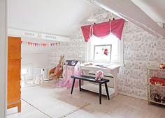 Ines ja Stella nukkuvat ja leikkivät yhteisessä lastenhuoneessa. Tapetti on nimeltään Kaspar. Vaaleanpunainen nukketalo on Hobby Hallista.