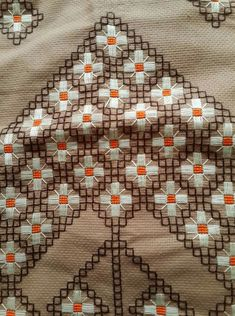 En Beğenilen Seccade Modelleri - Servant Tutorial and Ideas Hand Embroidery Designs, Diy Embroidery, Cross Stitch Embroidery, Embroidery Patterns, Creative Embroidery, Modern Cross Stitch, Cross Stitch Designs, Cross Stitch Patterns, Diy Broderie