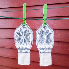 Ravelry: Miniselbu pattern by Tina Hauglund Baby Hat And Mittens, Knit Mittens, Mitten Gloves, Knitted Hats, Knitting Projects, Crochet Projects, Knitting Patterns, Baby Barn, Mittens Pattern