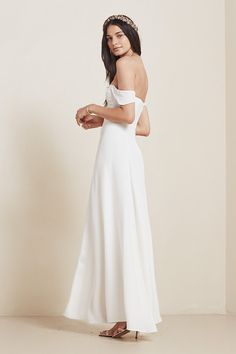 True to their motto — _friends don't let friends wear ugly dresses_ — Reformation came out with a knock-your-socks-off wedding collection last March. Ugly Dresses, Pretty Dresses, Wedding Trends, Wedding Styles, Wedding Ideas, Wedding Show, Wedding Stuff, Civil Wedding, Dream Wedding