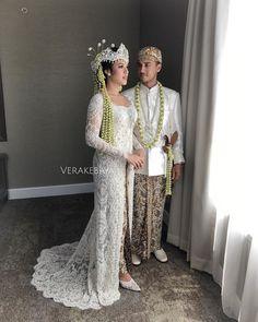 "39.7rb Suka, 115 Komentar - Vera Anggraini (@verakebaya) di Instagram: ""@raisa6690 - @hamishdw ... ❤️ #akadnikah ___ Kebaya & Beskap : @verakebaya Make up :…"" Kebaya Wedding, Muslimah Wedding Dress, Hijab Wedding Dresses, Wedding Dressses, Dream Wedding Dresses, Wedding Attire, Kebaya Modern Hijab, Model Kebaya Modern, Kebaya Muslim"