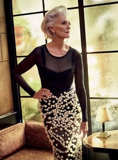Maye Musk, at Bar Marmont, in Los Angeles. Musk wears a bodysuit and bra by Fashion Over 50, Look Fashion, Fashion Tips, Maye Musk, Stylish Older Women, Grey Wig, Frontal Hairstyles, Beautiful Old Woman, Advanced Style