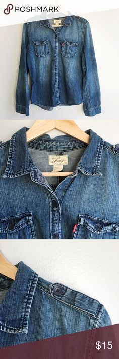 Levi's western style denim/Chambray top Denim western button down top. I LOVE this versatile piece. Wear it as Rosie The Riveter, wear with jeans, wear tucked in to a formal skirt - the sky is the limit. Levi's Tops Button Down Shirts