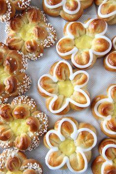 """Velkommen til krem-dott-no! Mitt navn er Elin Vatnar Nilsen. Jeg er utdannet konditor og har drevet krem.no siden 1999. 2017 ga jeg ut min første bakebok: """"Alle kan bake."""" Høsten 2018 kommer den... Delicious Cake Recipes, Yummy Cakes, Yummy Food, Diy Snacks, Norwegian Food, Food Obsession, Seasonal Food, Sugar Cravings, Recipes From Heaven"""