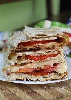 -Пицца Маргарита в лаваше- Это вкусное и быстрое блюдо, которое можно приготовить на завтрак или порадовать им неожиданно пришедших гостей! Приготовить его можно как дома в духовке или на сковороде, так и на природе на решетке мангала! Калорийность 174, 5 ккал на 100 г! На 4 порции нам понадобится: ◆Лаваш тонкий бездрожжевой - 2 шт. (200 г); ◆Помидоры — 2 шт. (400г) ◆Сливочное масло — 20 г ◆Сыр Моцарелла — 200-250 г ◆Базилик сушеный, если нет свежего — по вкусу ◆Соль — по вкусу
