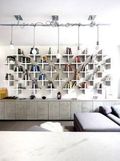 INSPIRAÇÃO DO DIA Sala neutra e confortável com prateleiras geométricas
