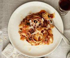 Recepty: Pappardelle s králičím ragú Spaghetti, Treats, Ethnic Recipes, Food, Bulgur, Sweet Like Candy, Goodies, Essen, Meals