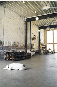 why:室內採用了簡單的黑白色和磚牆,還有花色的沙發 ,給我的感覺便是畫龍點睛之作 how:作為室內的客廳的佈置