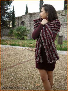 Il filo di Arianna - #ilfilodiariannatelese  La #sciarpa a righe  Il vento, la nebbia e leggeri fiocchi di neve annunciano il freddo di queste giornate.  RISCALDIAMOLE!   Realizziamo queste sciarpe  in un modo semplice e veloce giocando con i colori della lana e della ciniglia.  Disponibile la spiegazione.