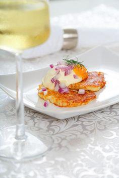 Parmesanraka med löjrom och rödlök - 56kilo.se - Inspiration, Livsstil & LCHF Recept Vegan Party Food, Party Food And Drinks, Good Food, Yummy Food, Lchf, Swedish Recipes, Tapas, Food Inspiration, Delish
