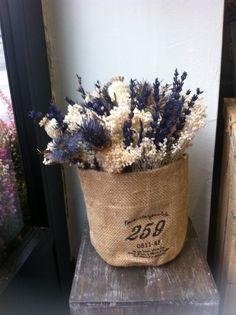Un bonito centro en flor seca para decorar con flores un pequeño rincón.
