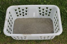 Use a laundry basket to cast large stepping stones. She also made a texture on the side you can't see in this photo, so check out the link. Concrete Crafts, Concrete Art, Concrete Projects, Concrete Planters, Cement Art, Concrete Stepping Stones, Garden Stepping Stones, Outdoor Crafts, Outdoor Projects