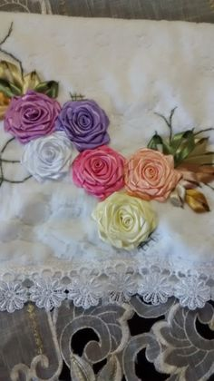 LOY HANDCRAFTS, TOWELS EMBROYDERED WITH SATIN RIBBON ROSES: TOALHA DE ROSTO