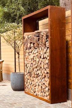 Ein Kaminholzregal aus Cortenstahl ist sinnvoller Lagerplatz, Dekoration und Sichtschutz in einem.  #corten #cortenstahl #gartenideen #metalldesign #terrasse #gartengestaltung #gartendeko #sichtschutz #holzlager #kaminholzregal #kaminholz #holzregal #designhaltig #ofivo Firewood, Patio, Crafts, Home, Indoor Firewood Storage, Gardens, Firewood Storage, Garden & Outdoor, Fence