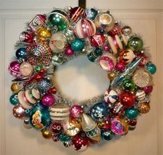Great amazing wreath with baubles with lots of different shapes, all mix together what a fantastic result! Love that! And if you want some ideas of how to create a Vintage Christmas this year, have a look at all my posts: http://www.laboutiquevintage.co.uk/blog/tag/vintage-christmas/ #LaBoutiqueVintage