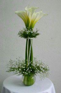 Las flores siempre darán una belleza sinigual a cualquier fiesta y si deseas una decoración sencilla, elegante y que hará que tus mesas de recepción se vean geniales siempre debes escoger alcatraces, esta flor, por naturaleza tiene una belleza que rayaría en lo soberbia, sin embargo, su delicadeza hace que comparta su hermosura con cualquier espacio. Puedes usar floreros altos, sin decoración alguna para que los alcatraces luzcan en todo su esplendor. Revisa la galería que compartimos…
