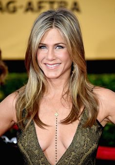 Jennifer Aniston attended the 2015 Screen Actors Guild Awards held in Los Angeles, California, and bared ample cleavage in a sultry plun. Jennifer Aniston Style, Peinados Jennifer Aniston, Jennifer Aniston Fotos, Jennifer Aniston Pictures, Jennifer Aniston Shampoo, Justin Theroux, Jeniffer Aniston, Adrienne Bailon, Dark Blonde Hair