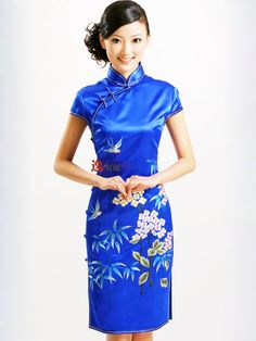 In red of course Chinese Wedding Dress Traditional, Traditional Fashion, Traditional Dresses, Chinese Style, Oriental Dress, Oriental Fashion, Chinese Gown, Chinese Dresses, Cheongsam Dress