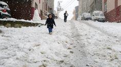 Karlar altında çocuk olmak.. by Mikail Beziroğlu