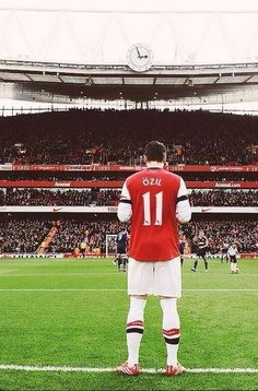 Mesut Özil offers up a prayer before the home game against Fulham in the season vs Fulham Arsenal Football Shirt, Arsenal Shirt, Football Shirts, Arsenal Players, Arsenal Fc, Good Soccer Players, Football Players, Football Stadiums, Football Soccer
