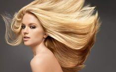 mulher com cabelo loiro