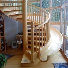 계단 옆의 미끄럼틀
