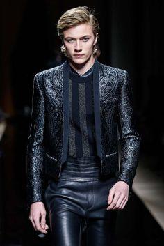 Lucky Blue in Balmain Fashion Moda, Suit Fashion, Runway Fashion, High Fashion, Mens Fashion, Fashion Trends, Estilo Rock, Mode Man, Style Masculin