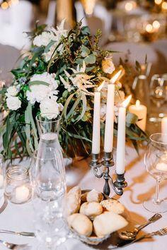 Dekorationskonzept mit Grau-Blau mit Zinn Kerzenständern und Zinn Vasen, im Schloss Heinsheim. Lichterhimmel, Lichterketten, Kerzenschein, graue Tischdecken. Von Anmut und Sinn. Foto: David and Kathrin Photography