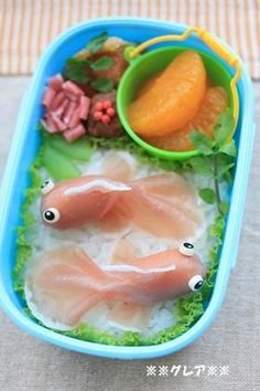 Prosciutto goldfish tutorial, translates well enough. Japanese Sweets, Japanese Bento Box, Japanese Food Art, Japanese Meals, Kawaii Bento, Bento Recipes, Cute Bento Boxes, Bento Box Lunch, Bento Food