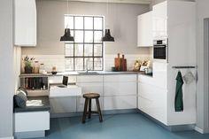 build-in seating in the kitchen Kitchen Dinning, Ikea Kitchen, Danish Kitchen, High Gloss Kitchen, Style Loft, Cuisines Design, Apartment Kitchen, Interior Design Kitchen, Renovation