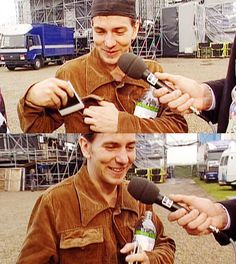 Interview na Pinkpop '92. Showing the polaroids...so cute...specially next to 2meters tall Jan Douwe