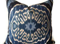 Bleu oreillers, oreillers bleu ikat, coussins bleu, une couverture de coussin décoratif, coussin bleu, Duralee oreiller, fermeture à glissière invisible par DEKOWE sur Etsy https://www.etsy.com/fr/listing/208756668/bleu-oreillers-oreillers-bleu-ikat