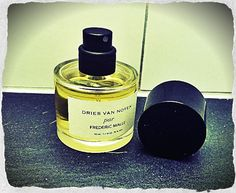 Dries van Noten par Frederic Malle ist ein schoener Nischenduft (Bild: Katrin Roth). Frederic Malle, Dries Van Noten, Perfume Bottles, Vans, Searching, Nice Asses, Van, Perfume Bottle