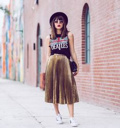 Midi skirt is quite a popular piece lately. That's why we've put together the most awesome midi skirt outfits with different outfit styles. Midi Skirt Outfit, Skirt Outfits, Casual Outfits, Midi Skirts, Metallic Skirt Outfit, Pleated Skirt Outfit Casual, Metallic Gold Dress, Gold Outfit, Look Fashion