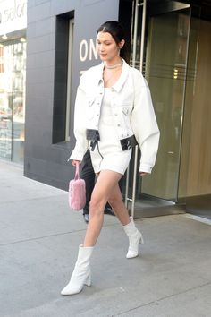 Bella Hadid Street Style - Bella Hadid's Hottest Looks Bella Hadid Outfits, Bella Hadid Style, All White Outfit, White Outfits, Bustiers, Mrs Bella, Smoking, Booties Outfit, Girl Fashion