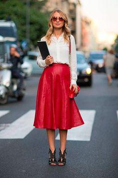 Saia Vermelha de couro é uma forma de ficar social e elegante quando combinada com camisa branca e sandália.
