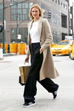 Model-Off-Duty: Get Karlie Kloss' Classic Cool Adidas Sneakers Look (Le Fashion) - Fashion - Winter Mode Models Off Duty, Model Street Style, Street Style Looks, Wide Leg Pants Street Style, Look Fashion, Fashion Models, Fashion Trends, Fashion Beauty, Net Fashion