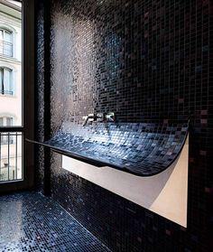 revêtement-mural-salle-bain-carrelage-mosaique-noire-lavabo-design