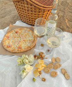 Cheese Table, Cheese Platters, Beach Picnic Foods, Beach Aesthetic, Aesthetic Hair, Cute Date Ideas, Dinner Table, Good Mood, Nom Nom