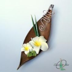 HINA - Porte alliances COCO et FRANGIPANIER Ikebana, Table Arrangements, Floral Arrangements, Colourful Living Room, Palm Fronds, Cushion Ring, Festival Wedding, Fall Crafts, Palm Trees