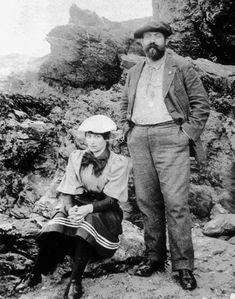 """En 1894, Elle séjourne à Belle-Ile avec Willy. Séduite par la « splendeur » des paysages, elle les évoquera dans """"La Retraite sentimentale"""" et, bien plus tard, dans """"Mes apprentissage""""s et """"De ma fenêtre""""."""