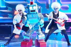 Entertainment News: The Masked Singer season 3 premiere shocker: Collect out the wide wide establish below the robot conceal – Entertainment Weekly News Superstar, Steve O, Bonnie Raitt, Jordin Sparks, Dancing On My Own, Jenny Mccarthy, Nick Cannon, Robin Thicke, Donnie Wahlberg