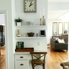 Cute way to make use of a corner. Love those mirrors in the back too!