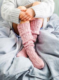 Pitkät pitsisukat | Meillä kotona Knitting Socks, Hand Knitting, Knitting Patterns, Knitted Gloves, Knit Socks, Cozy Fashion, Fashion Socks, Cosy Socks, Woolen Socks