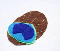 Disfraz casero de pavo: Pegamos las partes de fieltro azul