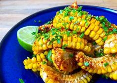 'Cortezas' de maíz fresco con mantequilla y lima | El Comidista | EL PAÍS | Bloglovin' Bbq Sandwich, Sandwiches, Chefs, Ratatouille, Fresco, Pasta Salad, Shrimp, Meat, Vegetables