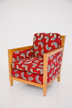 Armchair covered in African wax print from Mali Baby Furniture Sets, Furniture Direct, Art Deco Furniture, Funky Furniture, Furniture Styles, Furniture Nyc, Sofa Upholstery, Fabric Sofa, Upholstered Chairs