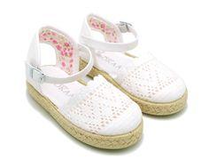 Tienda online de calzado infantil Okaaspain. Alpargata de lona con puntillas y flores en algodón para niñas . Diseño y Calidad al mejor precio hecho en España. Envíos gratis en 24,48 horas laborables.